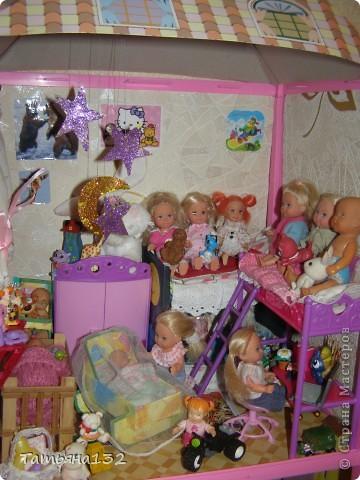 """Решили мы с дочкой затеять ремонт в нашем кукольном доме. Начали с детской, поскольку эта комната у нас самая """"обитаемая"""", можно сказать - перенаселенная. И любимая, после кухни. Раньше наша детская выгладела так http://stranamasterov.ru/node/329285 . Потом папа соорудил нам из прищепок пупсяшную кровать, а мы -  стол, и опять случилась перестановка http://stranamasterov.ru/node/367368 . На этот раз мы с Инной сделали в домике стены, потому что производители почему-то посчитали, что одной задней стенки будет вполне достаточно для создания кукольного уюта...  фото 14"""