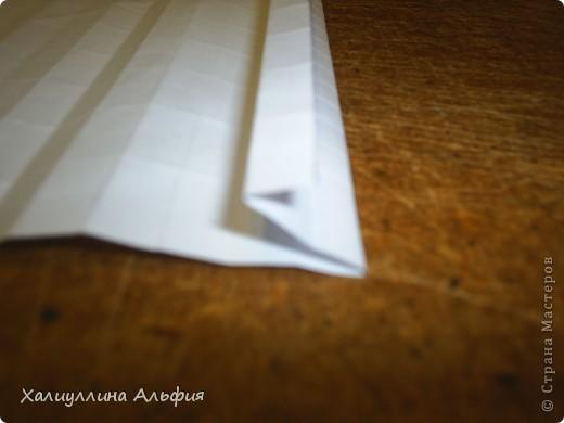 Совсем случайно наткнулась в интернете на мастера оригами Томохиро Тачи. Как оказалось, одной из самых знаменитых его поделок является тыква на Хэллоуин. Делать ее не трудно, но предупреждаю сразу - нужно много терпения, усидчивости и времени) Первая тыква отняла у меня примерно 40 минут. Вторая - 15 мин. Вот ссылка на видеоурок, для кого удобнее будет видео (или мой МК окажется непонятен): http://www.youtube.com/watch?feature=player_embedded&v=Mwq061b3-30#! Вообще, должна сказать, что для тех, кто однажды делал магический шарик из бумаги (он также есть у меня в блоге), складывание тыквы не покажется сложным. Но и для тех, кто будет делать ее впервые, ничего не слышав о магическом шарике, тыква должна поддаться. фото 24