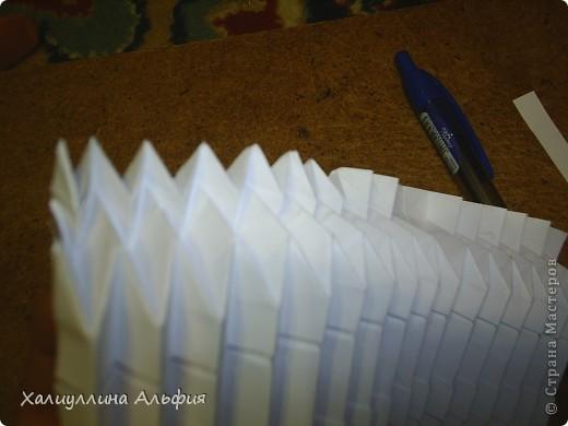 Совсем случайно наткнулась в интернете на мастера оригами Томохиро Тачи. Как оказалось, одной из самых знаменитых его поделок является тыква на Хэллоуин. Делать ее не трудно, но предупреждаю сразу - нужно много терпения, усидчивости и времени) Первая тыква отняла у меня примерно 40 минут. Вторая - 15 мин. Вот ссылка на видеоурок, для кого удобнее будет видео (или мой МК окажется непонятен): http://www.youtube.com/watch?feature=player_embedded&v=Mwq061b3-30#! Вообще, должна сказать, что для тех, кто однажды делал магический шарик из бумаги (он также есть у меня в блоге), складывание тыквы не покажется сложным. Но и для тех, кто будет делать ее впервые, ничего не слышав о магическом шарике, тыква должна поддаться. фото 39