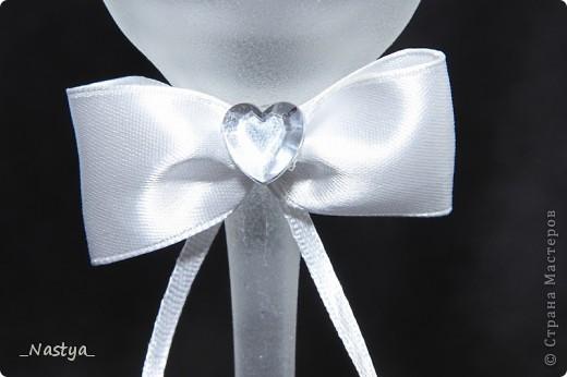 Решилась я, насмотревшись на работы мастериц, сделать друзьям в подарок на свадьбу свадебный наборчик из бокалов, бутылок, коробочки с подушечкой для колец, свадебной казны и замочка. Планы наполеоновские, а за две недели осилила лишь бокалы. Благо, до свадьбы еще месяц - думаю, успею. Итак - вот мои бокальчики.  Скрывать не буду - полнейшая повторюшка, увиденная в контактах. Добавила лишь бант и низ у меня другой.. Бантик делала по уроку https://stranamasterov.ru/node/208502?c=favorite, за что создателю сего большое спасибо!!! фото 9
