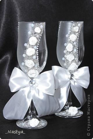 Решилась я, насмотревшись на работы мастериц, сделать друзьям в подарок на свадьбу свадебный наборчик из бокалов, бутылок, коробочки с подушечкой для колец, свадебной казны и замочка. Планы наполеоновские, а за две недели осилила лишь бокалы. Благо, до свадьбы еще месяц - думаю, успею. Итак - вот мои бокальчики.  Скрывать не буду - полнейшая повторюшка, увиденная в контактах. Добавила лишь бант и низ у меня другой.. Бантик делала по уроку https://stranamasterov.ru/node/208502?c=favorite, за что создателю сего большое спасибо!!! фото 1