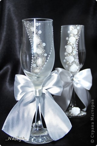 Решилась я, насмотревшись на работы мастериц, сделать друзьям в подарок на свадьбу свадебный наборчик из бокалов, бутылок, коробочки с подушечкой для колец, свадебной казны и замочка. Планы наполеоновские, а за две недели осилила лишь бокалы. Благо, до свадьбы еще месяц - думаю, успею. Итак - вот мои бокальчики.  Скрывать не буду - полнейшая повторюшка, увиденная в контактах. Добавила лишь бант и низ у меня другой.. Бантик делала по уроку https://stranamasterov.ru/node/208502?c=favorite, за что создателю сего большое спасибо!!! фото 4