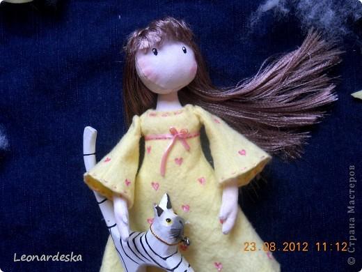 Вот и моя куколка. Имя Алиса. Потому что любит мечтать и витать в облаках, потому что мягкая и уютная, теплая девочка. Платье из фланельки (военные хомяковские запасы, страшно представить, 60х годов прошлого века :))) , волосы- атласная лента. фото 5