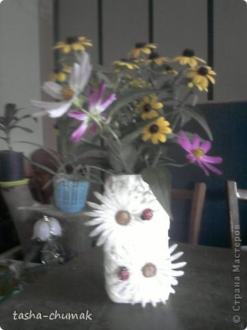Просто вазочка.... Банка,капроновый чулок, пластмас. цветочки.............. фото 2