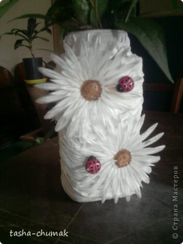 Просто вазочка.... Банка,капроновый чулок, пластмас. цветочки.............. фото 1