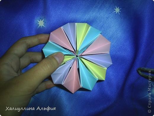"""Вот такую красивую звезду я откопала на просторах интернета. Видеоурок очень доступный и понятный, а вот и ссылка на него: http://www.youtube.com/watch?feature=player_embedded&v=p9xKxEV1FkY Вся прелесть этой поделки/игрушки в том, что она выворачивается наизнанку, возвращаясь в то же самое положение. Но при том она как бы """"замирает"""" во множестве разнообразных положений. Поэтому создается впечатление, что эта модель живет сама и дышит. Посмотрите ниже на фото, что происходит с моделью, если ее последовательно выворачивать. фото 5"""