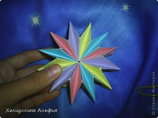 """Вот такую красивую звезду я откопала на просторах интернета. Видеоурок очень доступный и понятный, а вот и ссылка на него: http://www.youtube.com/watch?feature=player_embedded&v=p9xKxEV1FkY Вся прелесть этой поделки/игрушки в том, что она выворачивается наизнанку, возвращаясь в то же самое положение. Но при том она как бы """"замирает"""" во множестве разнообразных положений. Поэтому создается впечатление, что эта модель живет сама и дышит. Посмотрите ниже на фото, что происходит с моделью, если ее последовательно выворачивать. фото 6"""