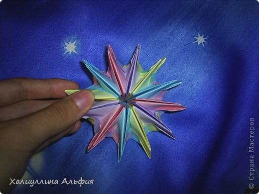 """Вот такую красивую звезду я откопала на просторах интернета. Видеоурок очень доступный и понятный, а вот и ссылка на него: http://www.youtube.com/watch?feature=player_embedded&v=p9xKxEV1FkY Вся прелесть этой поделки/игрушки в том, что она выворачивается наизнанку, возвращаясь в то же самое положение. Но при том она как бы """"замирает"""" во множестве разнообразных положений. Поэтому создается впечатление, что эта модель живет сама и дышит. Посмотрите ниже на фото, что происходит с моделью, если ее последовательно выворачивать. фото 7"""
