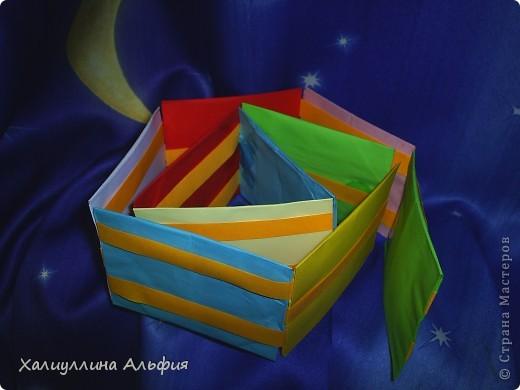 Лестница Якоба — ещё одна сумасшедшая бумажная иллюзия от мастера оригамиста Yami Yamauchi. Сложно описать эффект, который остается после просмотра этой поделки, но этой настоящий бумажный фокус, который вы можете сделать своими руками. Для знакомства с поделкой пройдите по ссылке (сперва будет небольшая демонстрация). Там вы можете найти и видеоурок: http://www.youtube.com/watch?feature=player_embedded&v=ykL0Tt7jdYY фото 1