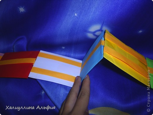 Лестница Якоба — ещё одна сумасшедшая бумажная иллюзия от мастера оригамиста Yami Yamauchi. Сложно описать эффект, который остается после просмотра этой поделки, но этой настоящий бумажный фокус, который вы можете сделать своими руками. Для знакомства с поделкой пройдите по ссылке (сперва будет небольшая демонстрация). Там вы можете найти и видеоурок: http://www.youtube.com/watch?feature=player_embedded&v=ykL0Tt7jdYY фото 3