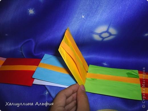 Лестница Якоба — ещё одна сумасшедшая бумажная иллюзия от мастера оригамиста Yami Yamauchi. Сложно описать эффект, который остается после просмотра этой поделки, но этой настоящий бумажный фокус, который вы можете сделать своими руками. Для знакомства с поделкой пройдите по ссылке (сперва будет небольшая демонстрация). Там вы можете найти и видеоурок: http://www.youtube.com/watch?feature=player_embedded&v=ykL0Tt7jdYY фото 5