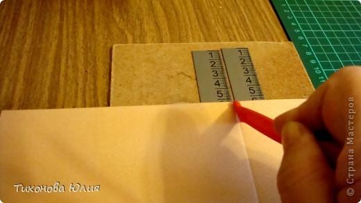 Недавно в магазине увидела свою мечту - инструмент для биговки (для формирования красивого сгиба бумаги в открытках и фотоальбомах), но денег не хватило, чтобы его купить. Решила купить на следующий день. Но утром меня посетила светлая идея, что можно сделать самой аналогичный инструмент в 20 раз дешевле.  Для это мне понадобилось: кусок оргалита; (бесценный) 2 металлические линейки; 30*2+ 60 руб. двусторонний скотч;  пластиковая палочка - стек для лепки из набора за 8 руб. (использую не очень острую сторону, чтобы бумага не прорезалась)
