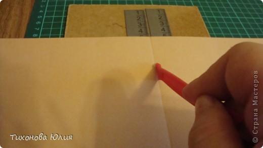 Недавно в магазине увидела свою мечту - инструмент для биговки (для формирования красивого сгиба бумаги в открытках и фотоальбомах), но денег не хватило, чтобы его купить. Решила купить на следующий день. Но утром меня посетила светлая идея, что можно сделать самой аналогичный инструмент в 20 раз дешевле. Для это мне понадобилось: кусок оргалита; (бесценный) 2 металлические линейки; 302+ 60 руб. двусторонний скотч; пластиковая палочка - стек для лепки из набора за 8 руб. (использую не очень острую сторону, чтобы бумага не прорезалась) фото 4