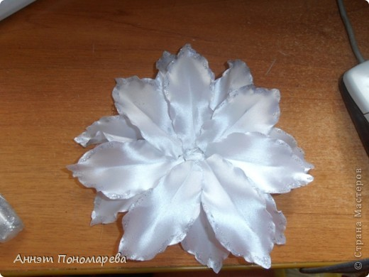 Вот такая симпатишная лилия у меня получилась племяннице на 1 сентября! Нашла как всегда на просторах интернета вот ссылочка http://kollekcija.com/kak-sdelat-liliyu-iz-lentyi-avtor-viktoriya-kamelchuk/ , но как всегда решила рассказать как делала ее именно я! может кому пригодиться! Итак, вперед! фото 14