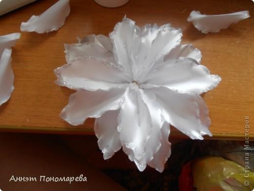 Вот такая симпатишная лилия у меня получилась племяннице на 1 сентября! Нашла как всегда на просторах интернета вот ссылочка http://kollekcija.com/kak-sdelat-liliyu-iz-lentyi-avtor-viktoriya-kamelchuk/ , но как всегда решила рассказать как делала ее именно я! может кому пригодиться! Итак, вперед! фото 16