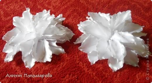 Вот такая симпатишная лилия у меня получилась племяннице на 1 сентября! Нашла как всегда на просторах интернета вот ссылочка http://kollekcija.com/kak-sdelat-liliyu-iz-lentyi-avtor-viktoriya-kamelchuk/ , но как всегда решила рассказать как делала ее именно я! может кому пригодиться! Итак, вперед! фото 19