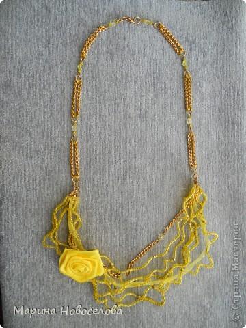 """Я решила показать этапы работы на примере  """"волнистых """" бус из желтого бисера с желтым цветком из атласной ленты."""