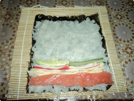 Здравствуйте, дорогие жители Страны Мастеров!!!!! Сегодня я приготовила суши первый раз, нам понравилось. Роллы  лучше всего готовить дома! Рецепт  прост, готовить легко, а получается очень вкусно!  фото 9