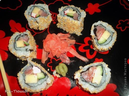 Здравствуйте, дорогие жители Страны Мастеров!!!!! Сегодня я приготовила суши первый раз, нам понравилось. Роллы  лучше всего готовить дома! Рецепт  прост, готовить легко, а получается очень вкусно!  фото 18