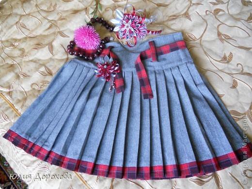 Сшили мы с мамой юбку для дочки в школу. Она решила пойти в ней на первое сентября. В комплект к ней в подходящей цветовой гамме я сделала ободок и брошь. Мне очень понравились работы мастериц Страны в этой технике и захотелось попробовать. фото 1