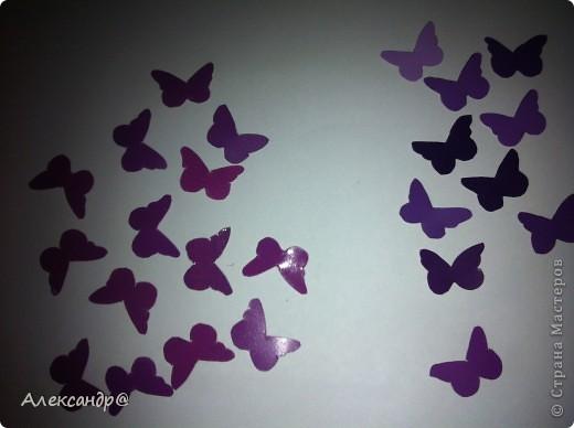 Доброго всем времени суток!!!Как то на просторах интернета увидела идею для скрапбукинга, но к сожалению ссылку не сохранила. Фото не очень хорошее но все таки видно что снизу вверх цвет бабочек становится насыщеннее. фото 5