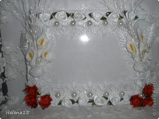 свадебный набор из 5-и предметов Страсть.Большие розы и бутоны выполнены из атласной ленты вручную,украшены цветами из ткани и бусинами.Цветы,расположенные на бокалах закреплены на резинках,поэтому при мытье легко снимаются.Дополнительно так же можно оформить бутылки с шамнанским и фоторамку (она в процессе оформления). фото 14