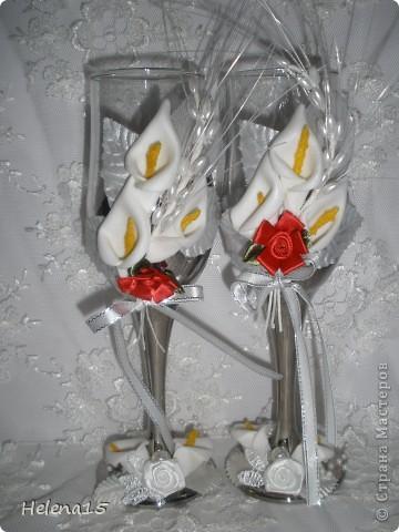 свадебный набор из 5-и предметов Страсть.Большие розы и бутоны выполнены из атласной ленты вручную,украшены цветами из ткани и бусинами.Цветы,расположенные на бокалах закреплены на резинках,поэтому при мытье легко снимаются.Дополнительно так же можно оформить бутылки с шамнанским и фоторамку (она в процессе оформления). фото 15
