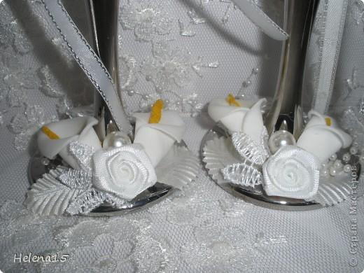 свадебный набор из 5-и предметов Страсть.Большие розы и бутоны выполнены из атласной ленты вручную,украшены цветами из ткани и бусинами.Цветы,расположенные на бокалах закреплены на резинках,поэтому при мытье легко снимаются.Дополнительно так же можно оформить бутылки с шамнанским и фоторамку (она в процессе оформления). фото 16