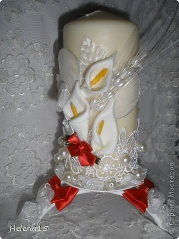 свадебный набор из 5-и предметов Страсть.Большие розы и бутоны выполнены из атласной ленты вручную,украшены цветами из ткани и бусинами.Цветы,расположенные на бокалах закреплены на резинках,поэтому при мытье легко снимаются.Дополнительно так же можно оформить бутылки с шамнанским и фоторамку (она в процессе оформления). фото 17
