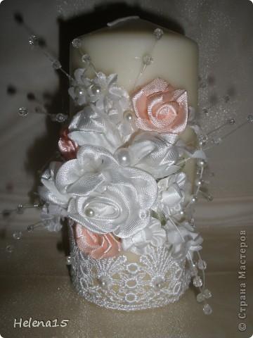 свадебный набор из 5-и предметов Страсть.Большие розы и бутоны выполнены из атласной ленты вручную,украшены цветами из ткани и бусинами.Цветы,расположенные на бокалах закреплены на резинках,поэтому при мытье легко снимаются.Дополнительно так же можно оформить бутылки с шамнанским и фоторамку (она в процессе оформления). фото 11
