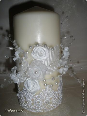 свадебный набор из 5-и предметов Страсть.Большие розы и бутоны выполнены из атласной ленты вручную,украшены цветами из ткани и бусинами.Цветы,расположенные на бокалах закреплены на резинках,поэтому при мытье легко снимаются.Дополнительно так же можно оформить бутылки с шамнанским и фоторамку (она в процессе оформления). фото 12