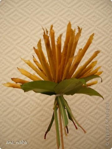 """Вот и осень вступает в свои права.  Эта радушная хозяйка украсила своей красотой всю округу. Каких только красок нет вокруг, какие цветовые переходы задуманы ей. Листья деревьев стоят, необыкновенно красивы.  А еще осень дарит нам особенный цветок – загадку, настоящий символ осени хризантему. Хризантемы долгое время были любимы только в Японии и Китае. Этот цветок является у этих народов  символом солнца, дающего жизнь всему на земле. С цветком  связан в Японии один из самых любимых национальных цветочных народных праздников - Праздник хризантем. История этого праздника началась в 1186 году, когда при дворе императора впервые отметили праздник девятой луны. А в 1211 году его начали отмечать  9-го чиста 9-го месяца по лунному календарю  - выбор даты был не случаен: девятка в восточной традиции считается счастливым числом, а две девятки подряд (спрятанные в названии праздника) означают """"долголетие"""". Поскольку хризантема является символом долголетия, то позже праздник получит второе имя - Праздник хризантем Очень жаль, что пройдет еще совсем немного времени и вся эта красота уйдет, не оставляя следа.   Каждый из нас может попробовать сохранить красоту осени, и порадовать себя и других букетом солнечных хризантем из  листьев деревьев.   фото 16"""