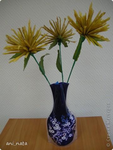 """Вот и осень вступает в свои права.  Эта радушная хозяйка украсила своей красотой всю округу. Каких только красок нет вокруг, какие цветовые переходы задуманы ей. Листья деревьев стоят, необыкновенно красивы.  А еще осень дарит нам особенный цветок – загадку, настоящий символ осени хризантему. Хризантемы долгое время были любимы только в Японии и Китае. Этот цветок является у этих народов  символом солнца, дающего жизнь всему на земле. С цветком  связан в Японии один из самых любимых национальных цветочных народных праздников - Праздник хризантем. История этого праздника началась в 1186 году, когда при дворе императора впервые отметили праздник девятой луны. А в 1211 году его начали отмечать  9-го чиста 9-го месяца по лунному календарю  - выбор даты был не случаен: девятка в восточной традиции считается счастливым числом, а две девятки подряд (спрятанные в названии праздника) означают """"долголетие"""". Поскольку хризантема является символом долголетия, то позже праздник получит второе имя - Праздник хризантем Очень жаль, что пройдет еще совсем немного времени и вся эта красота уйдет, не оставляя следа.   Каждый из нас может попробовать сохранить красоту осени, и порадовать себя и других букетом солнечных хризантем из  листьев деревьев.   фото 1"""