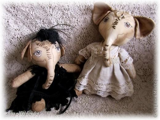 Знакомьтесь, немного грустная мадама с павлиновыми перьями на шляпке - это слоняшка Эллочка, а мечтательная романтичная особа в нежном наряде пастельных тонов -  слоняшка Лолита :) Прошу любить и жаловать :)
