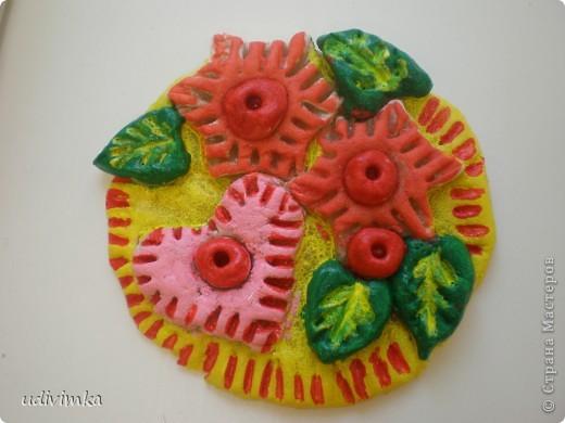 Эту поделку сделала восьмилетняя девочка Соня. Для создания деталей  были использованы кондитерские формочки. Полный мастер- класс можно посмотреть здесь: http://www.udivimka.ru/podelki-iz-solenogo-testa-3636