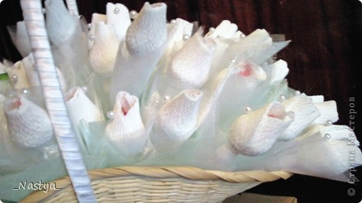 Делала свадебную корзинку родственникам в подарок вместо букета цветов.  В корзинке 75 рафаэлок - на каждую по сладкому году семейной жизни.  Фотки поганые - с телефона, звыняйте. фото 3