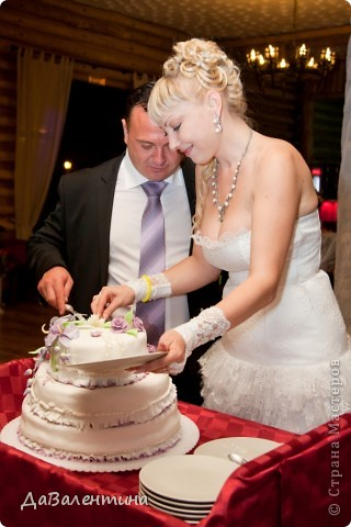 Дорогие жительницы Страны Мастеров!!! В нашей жизни все так непредсказуемо, мне бы уже можно было бы стать свекровью, а я сначала стала невестой, а теперь и счастливой женой!!! Решение сыграть Свадьбу было молниеносным, поэтому на подготовку к этому Торжественному событию было всего 2 месяца!!! Все свадебные аксессуары делала сама, притом впервые, поэтому строго не судите!!! фото 40