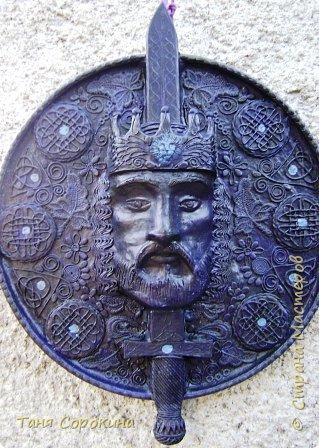 Меч в камне плотно возлежит... Кто вынет меч, Тому и честь принадлежит Весь мир беречь. Судьба Артура привела. Победа ждёт! И Братство Круглого Стола - Его оплот. А было ль это, господа? Пусть лжёт рассказ... Но только он живёт всегда В сердцах у нас. фото 2