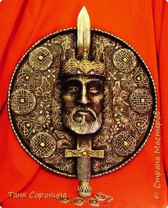 Меч в камне плотно возлежит... Кто вынет меч, Тому и честь принадлежит Весь мир беречь. Судьба Артура привела. Победа ждёт! И Братство Круглого Стола - Его оплот. А было ль это, господа? Пусть лжёт рассказ... Но только он живёт всегда В сердцах у нас. фото 8