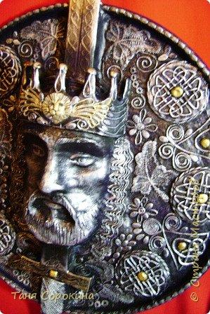 Меч в камне плотно возлежит... Кто вынет меч, Тому и честь принадлежит Весь мир беречь. Судьба Артура привела. Победа ждёт! И Братство Круглого Стола - Его оплот. А было ль это, господа? Пусть лжёт рассказ... Но только он живёт всегда В сердцах у нас. фото 3
