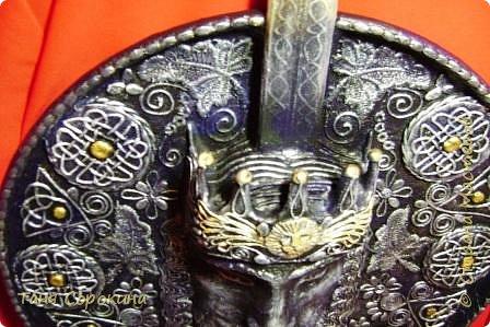 Меч в камне плотно возлежит... Кто вынет меч, Тому и честь принадлежит Весь мир беречь. Судьба Артура привела. Победа ждёт! И Братство Круглого Стола - Его оплот. А было ль это, господа? Пусть лжёт рассказ... Но только он живёт всегда В сердцах у нас. фото 4