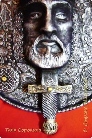 Меч в камне плотно возлежит... Кто вынет меч, Тому и честь принадлежит Весь мир беречь. Судьба Артура привела. Победа ждёт! И Братство Круглого Стола - Его оплот. А было ль это, господа? Пусть лжёт рассказ... Но только он живёт всегда В сердцах у нас. фото 5