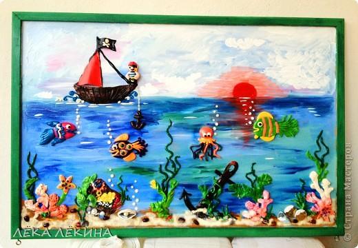 Сделала с ребенком почти 6 лет.  основа оргалит, рисовала гуашью, элементы из пластилина, использована крупа-манка и фасоль, сверху лак фото 1