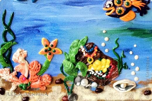 Сделала с ребенком почти 6 лет.  основа оргалит, рисовала гуашью, элементы из пластилина, использована крупа-манка и фасоль, сверху лак фото 2