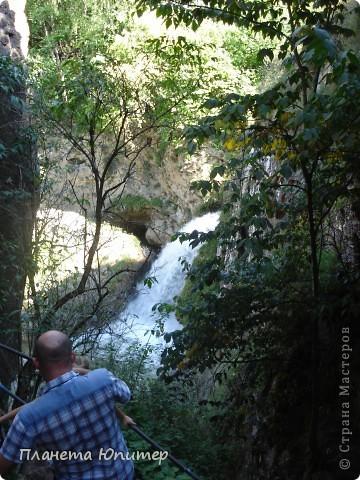 В окрестностях Кисловодска, в долине горной реки Аликоновки, находится уникальное природное явление - «Медовые водопады».   фото 3