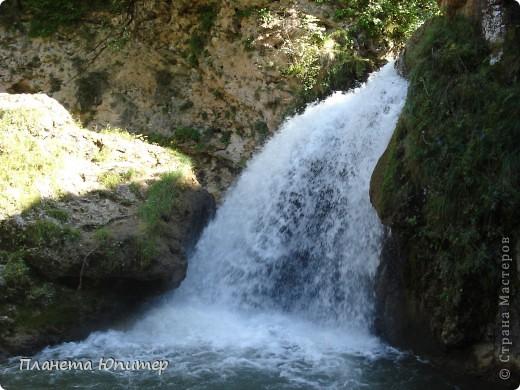 В окрестностях Кисловодска, в долине горной реки Аликоновки, находится уникальное природное явление - «Медовые водопады».   фото 4