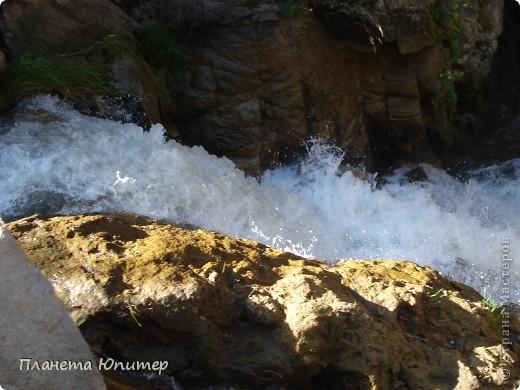 В окрестностях Кисловодска, в долине горной реки Аликоновки, находится уникальное природное явление - «Медовые водопады».   фото 6