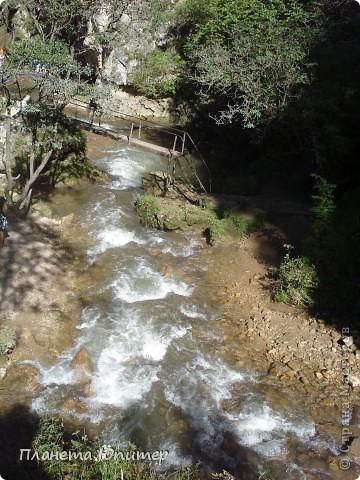 В окрестностях Кисловодска, в долине горной реки Аликоновки, находится уникальное природное явление - «Медовые водопады».   фото 7