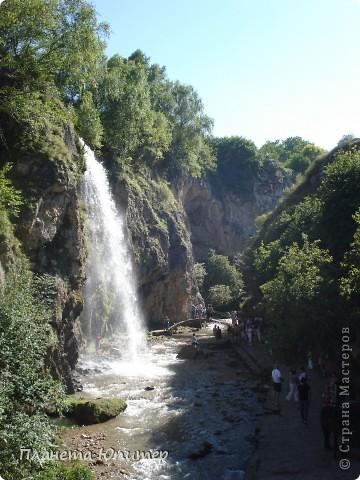 В окрестностях Кисловодска, в долине горной реки Аликоновки, находится уникальное природное явление - «Медовые водопады».   фото 14