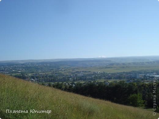 В этот раз мы отправимся в еще одно интересное место в окрестностях г. Кисловодска, на знаменитую гору-кольцо. Вид на город с подступов к этой горе.   фото 1